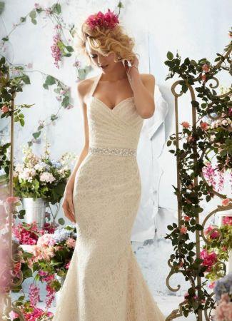 Milyen esküvői ruhát válasszon egy kis keblű menyasszony?