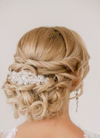 Milyen frizura illik a különböző kivágású esküvői ruhákhoz?